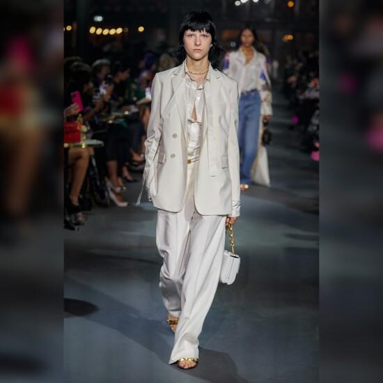 Mary @cx_xfh walking for Valentino @maisonvalentino at Paris Fashion Week!